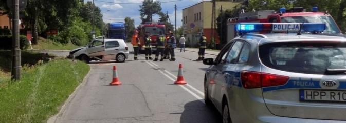 Groźne zdarzenie drogowe na ulicy Podmiejskiej. Kierowca zasłabł - Serwis informacyjny z Rybnika - naszrybnik.com