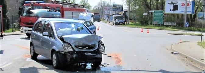 Wjechała na skrzyżowanie na czerwonym świetle. Trzy osoby w szpitalu - Serwis informacyjny z Rybnika - naszrybnik.com