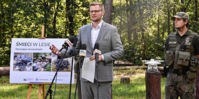 Minister Woś idzie na wojnę ze śmieciami